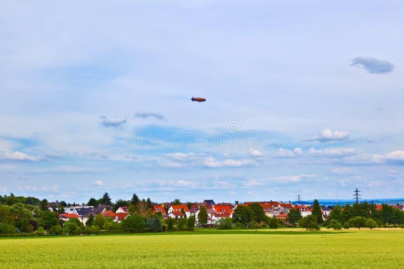 在天空的策帕林飞艇在被赞助的旅行中 免版税库存照片