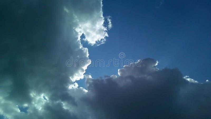 在天空的美丽的云彩在一夏天好日子 精美树荫白色,灰色,蓝色 免版税图库摄影