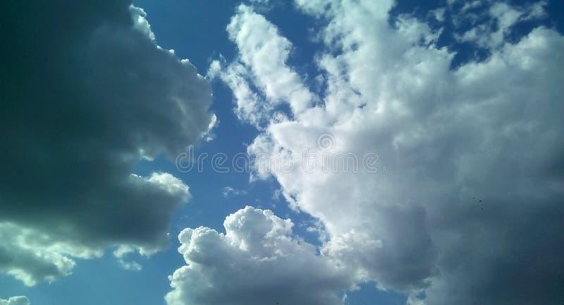 在天空的美丽的云彩在一夏天好日子 精美树荫白色,灰色,蓝色 免版税库存图片