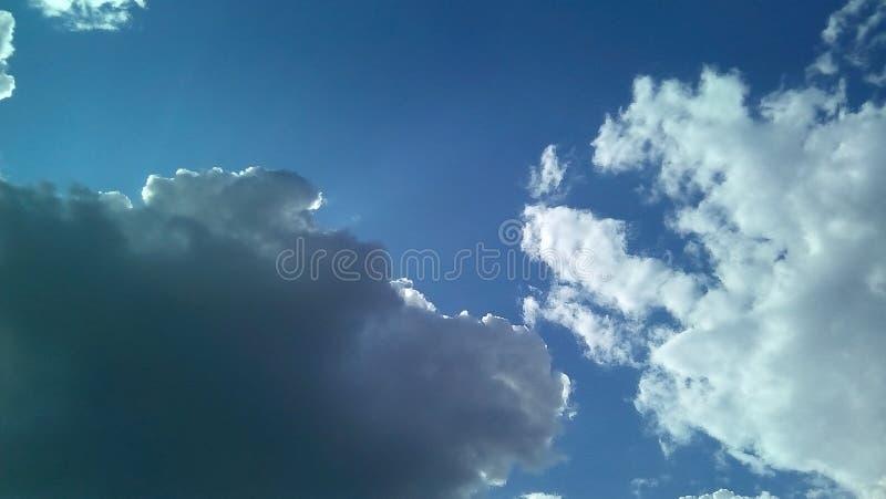 在天空的美丽的云彩在一夏天好日子 精美树荫白色,灰色,蓝色 库存照片