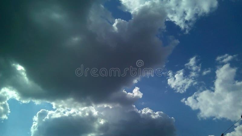 在天空的美丽的云彩在一夏天好日子 精美树荫白色,灰色,蓝色 图库摄影