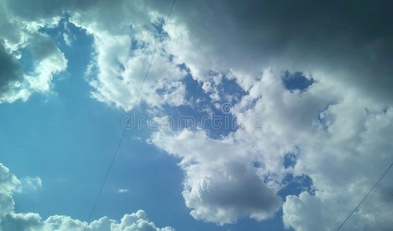 在天空的美丽的云彩在一夏天好日子 精美树荫白色,灰色,蓝色 免版税库存照片