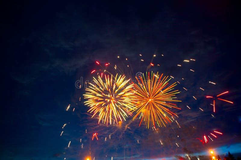在天空的美丽的五颜六色的烟花 国际的烟花 烟花在黑暗的天空背景显示 美国独立日,第4 J 免版税图库摄影