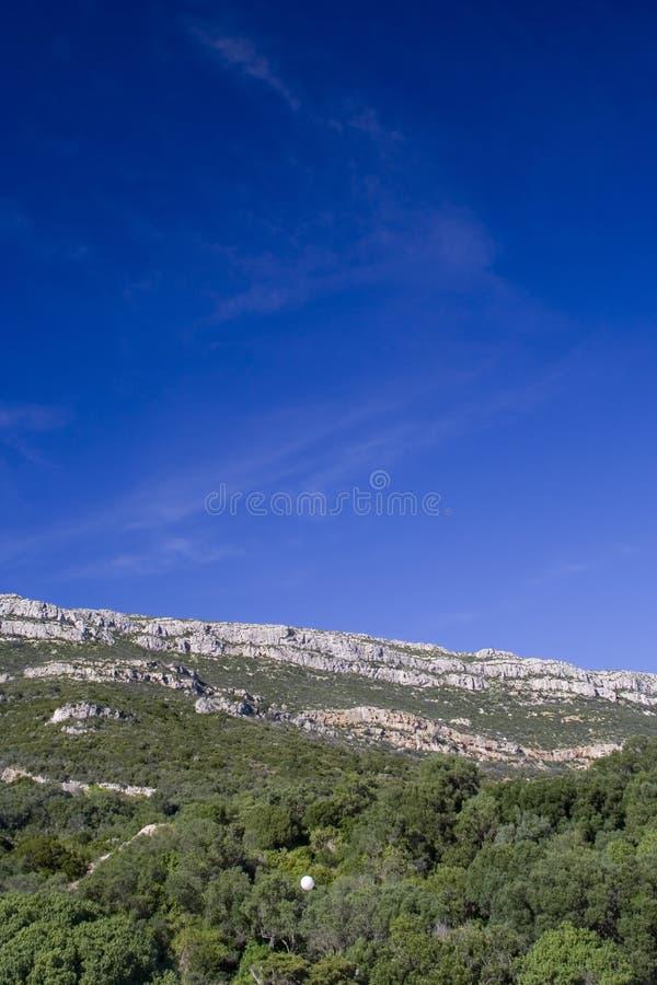 在天空的蓝色山 库存照片