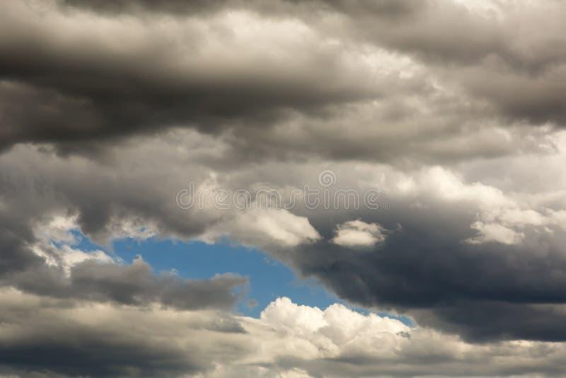 在天空的蓝色补丁 免版税库存照片