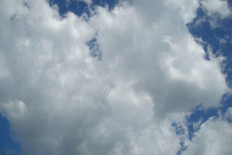 在天空的蓬松云彩 免版税库存图片