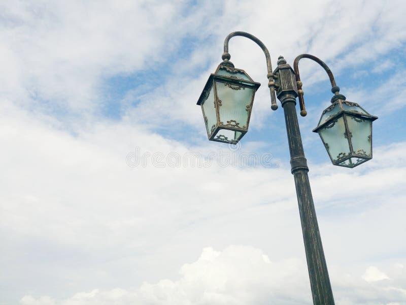 在天空的街灯 免版税库存图片