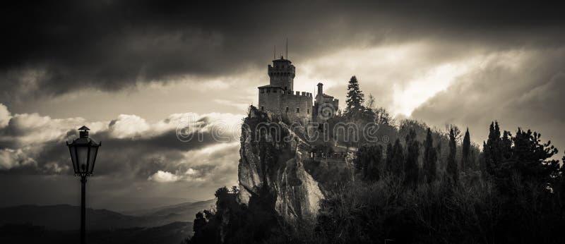 在天空的被困扰的城堡 免版税库存照片