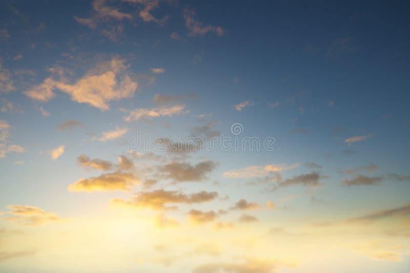 在天空的被日光照射了云彩 库存照片