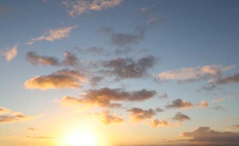 在天空的被日光照射了云彩 库存图片