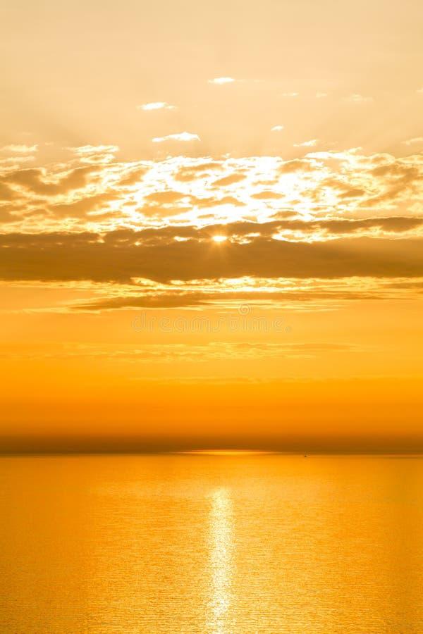 在天空的金黄日落 免版税图库摄影