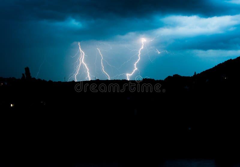 在天空的闪电在夏天风暴期间 免版税库存照片