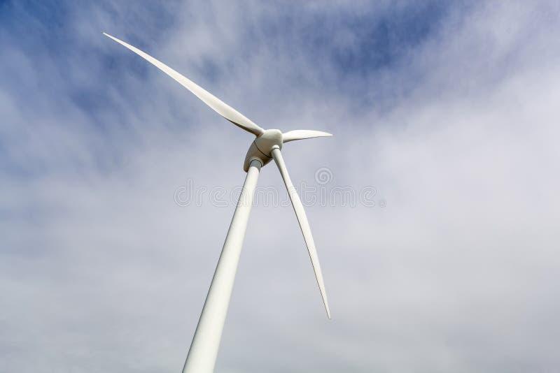 在天空的风轮机翼 图库摄影