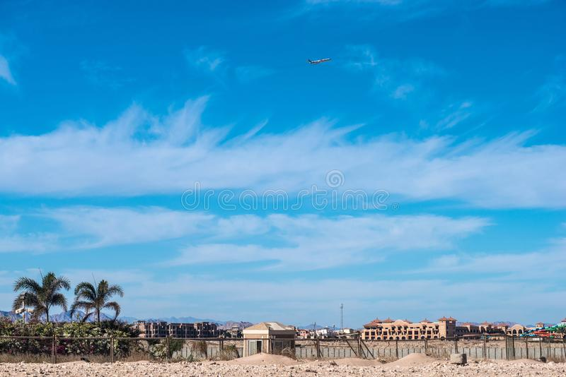 在天空的飞机在城市上的部分 免版税库存照片