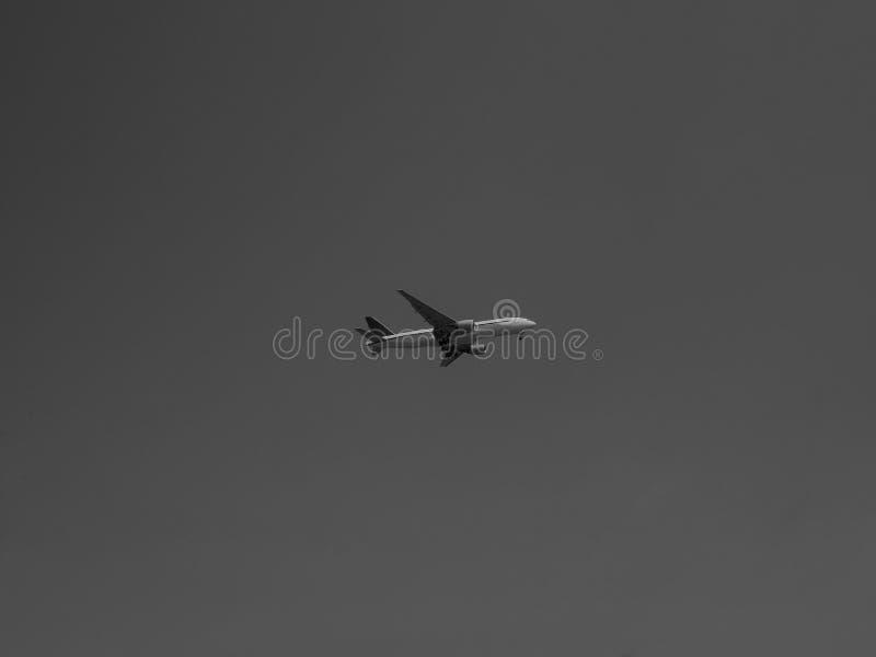 在天空的飞机黑色 库存图片