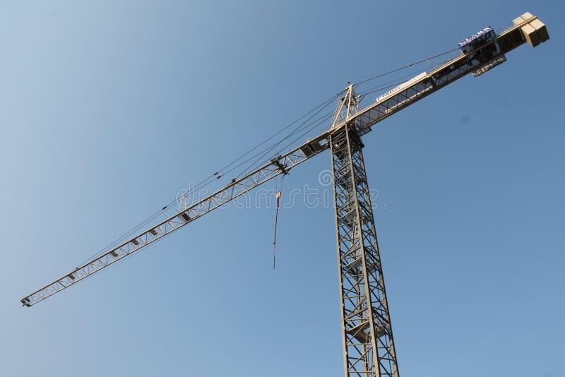 在天空的高建筑用起重机 库存照片