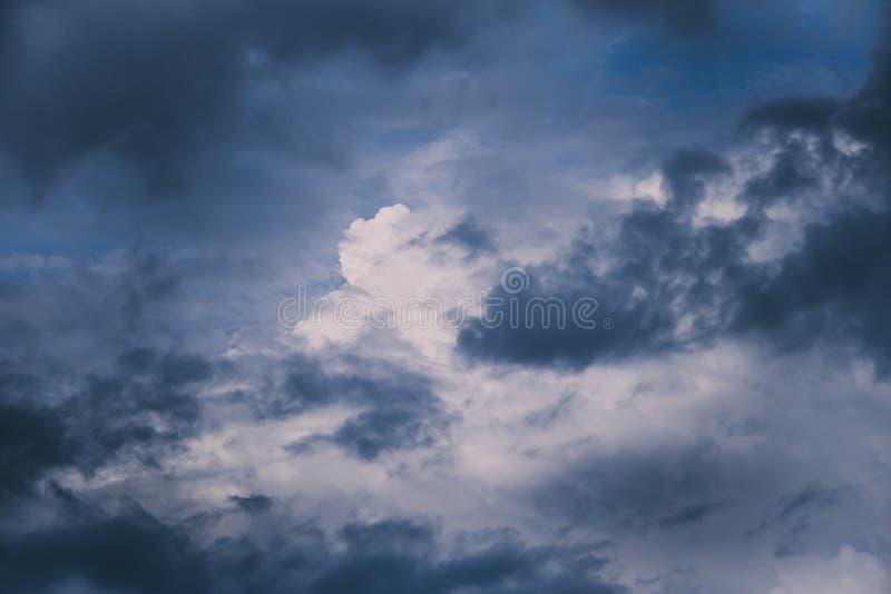 在天空的黑暗的风雨如磐的云彩 库存照片