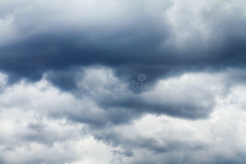 在天空的黑暗的风雨如磐的云彩 免版税库存图片