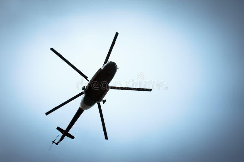 在天空的直升机 免版税库存图片