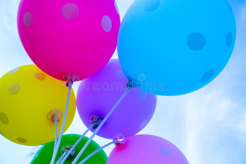 在天空背景的五颜六色的气球 欢乐气球从下面 免版税库存图片