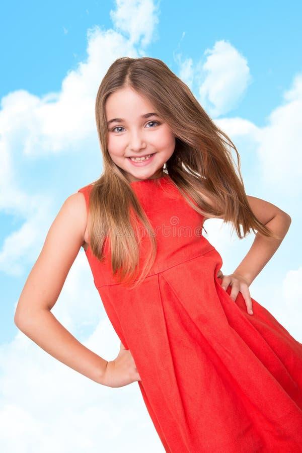 在天空背景的小女孩 免版税库存图片