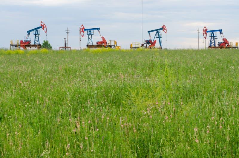 在天空背景的石油生产  免版税库存图片