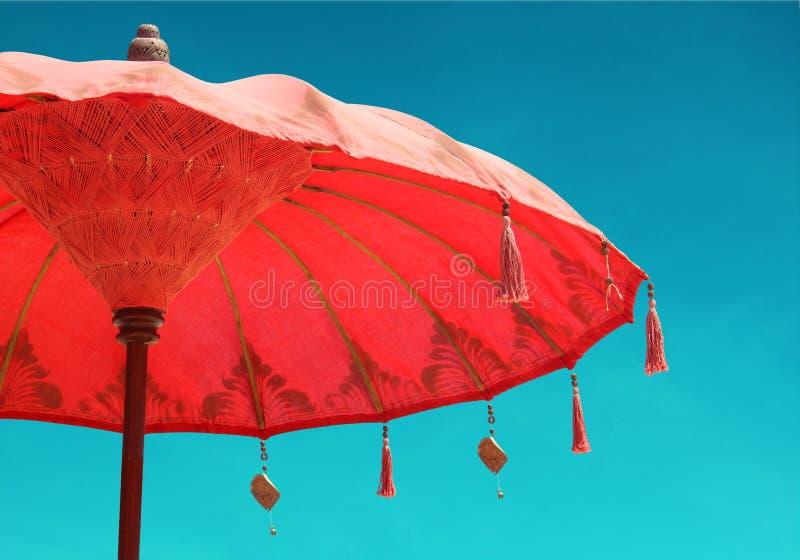 在天空背景,减速火箭的葡萄酒的橙色沙滩伞伞 库存图片