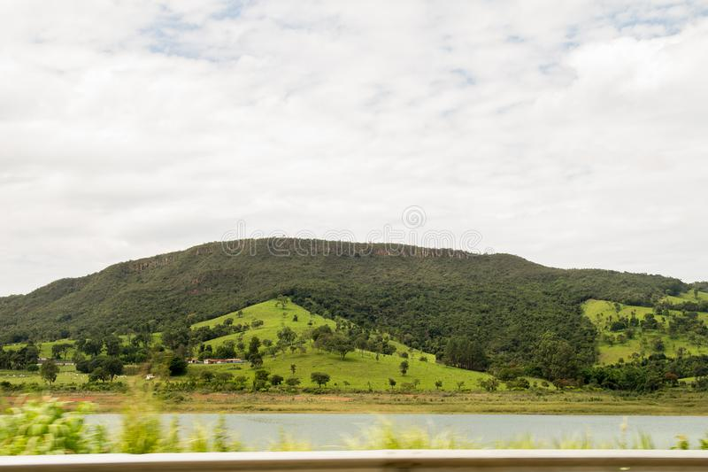 在天空蔚蓝上的一绿色montain 库存照片