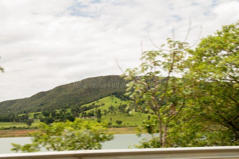在天空蔚蓝上的一绿色montain 免版税图库摄影