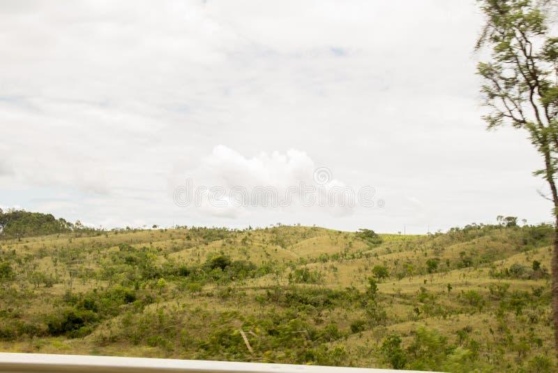 在天空蔚蓝上的一绿色montain 免版税库存照片