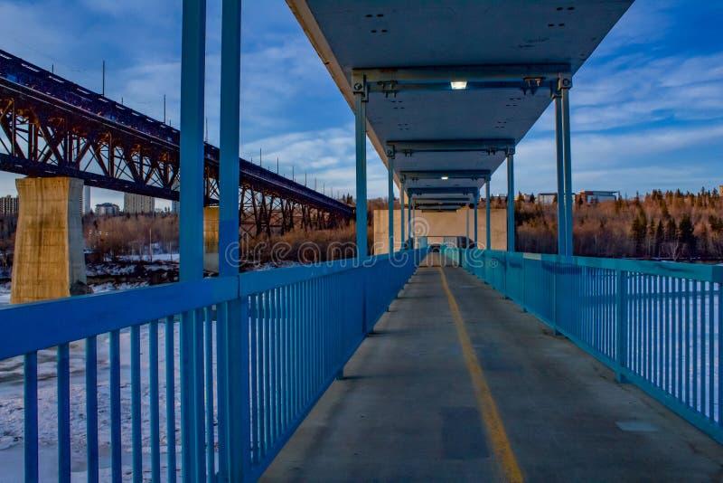 在天空蔚蓝下的蓝色桥梁走道 库存照片