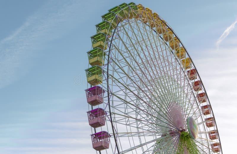 在天空蔚蓝前面的五颜六色的弗累斯大转轮 大转盘在Gijon,阿斯图里亚斯,西班牙 图库摄影