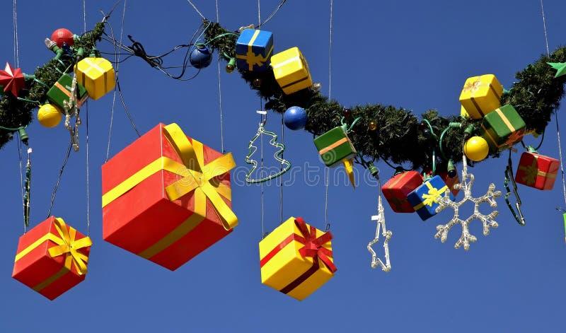 在天空蔚蓝前面的圣诞礼物包裹 免版税库存照片