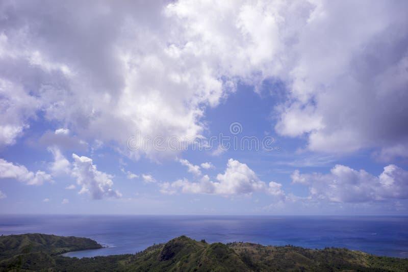 在天空蔚蓝和白色云彩下的关岛海景 免版税库存照片