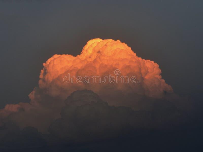 在天空蔚蓝的云彩在晚上 库存照片
