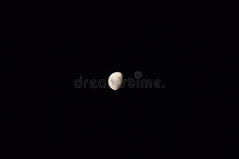 在天空蔚蓝的偏僻的月亮 免版税库存图片
