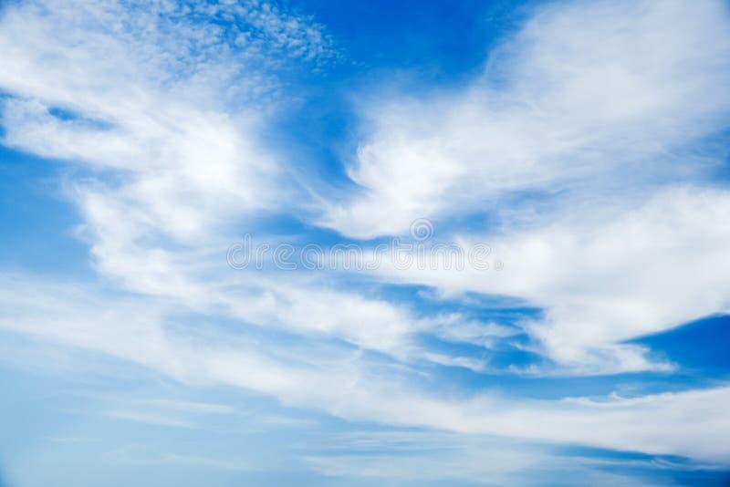 在天空蔚蓝的卷云在白天 库存图片