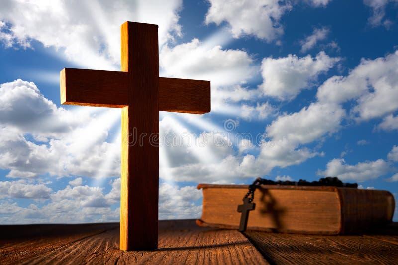 在天空蔚蓝的基督徒木十字架 图库摄影