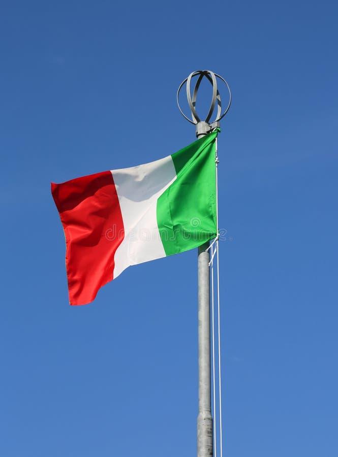 在天空蔚蓝的大意大利旗子波浪 免版税库存照片