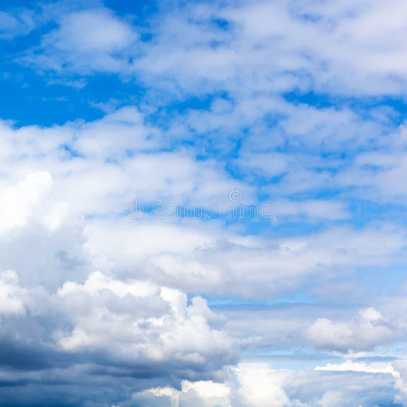 在天空蔚蓝的密集的白色和灰色云彩在夏天 库存照片