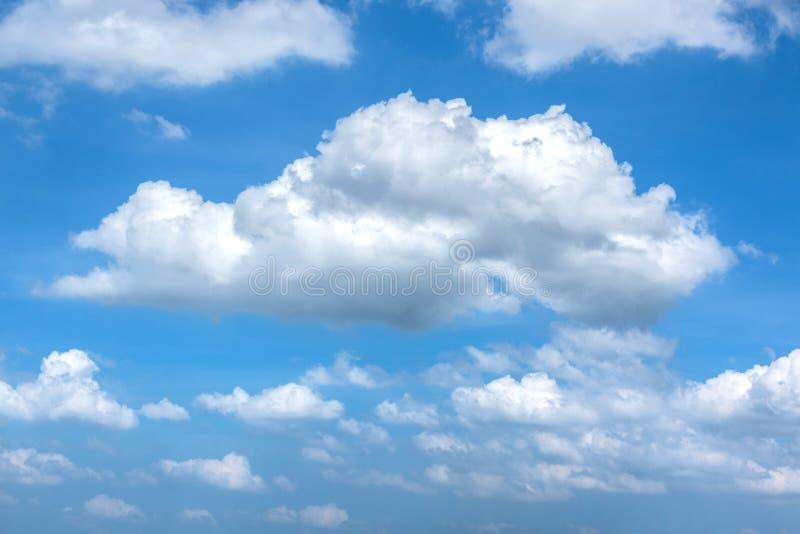 在天空蔚蓝的松的白色云彩自然本底的 免版税库存照片