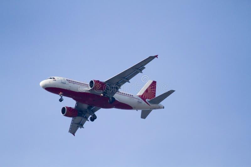 在天空蔚蓝的波音空中客车飞机 免版税库存图片