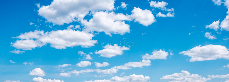 在天空蔚蓝的白色云彩,sumer网横幅 库存图片