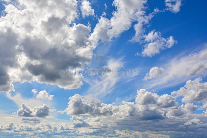 在天空蔚蓝的白色,蓬松云彩 从云彩的背景 库存照片