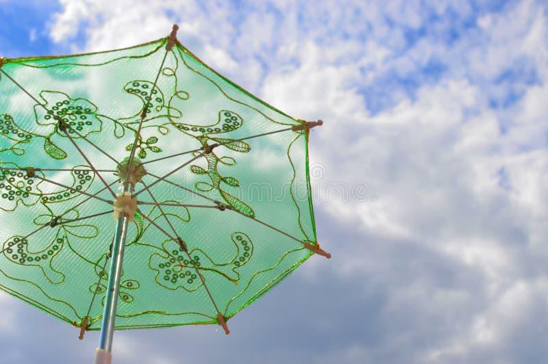 在天空蔚蓝的绿色装饰伞 库存图片