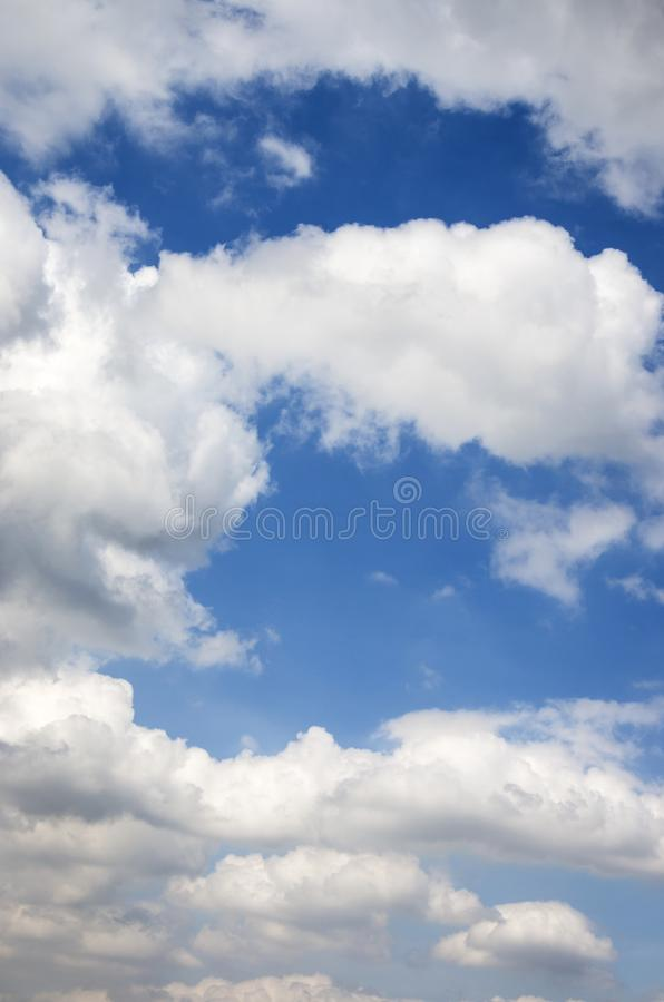 在天空蔚蓝的美丽的白色云彩自然本底的 库存图片