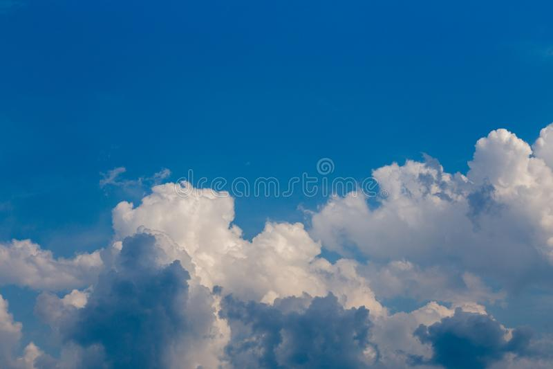 在天空蔚蓝的规则夏天云彩在白天在大陆欧洲 近景机智远摄镜头 免版税库存图片