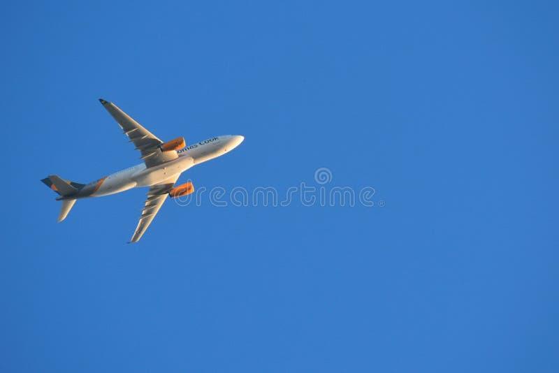 在天空蔚蓝的飞机在接近机场的日出 免版税库存照片