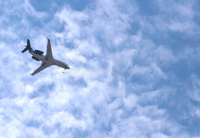 在天空蔚蓝的飞机飞行 免版税库存照片
