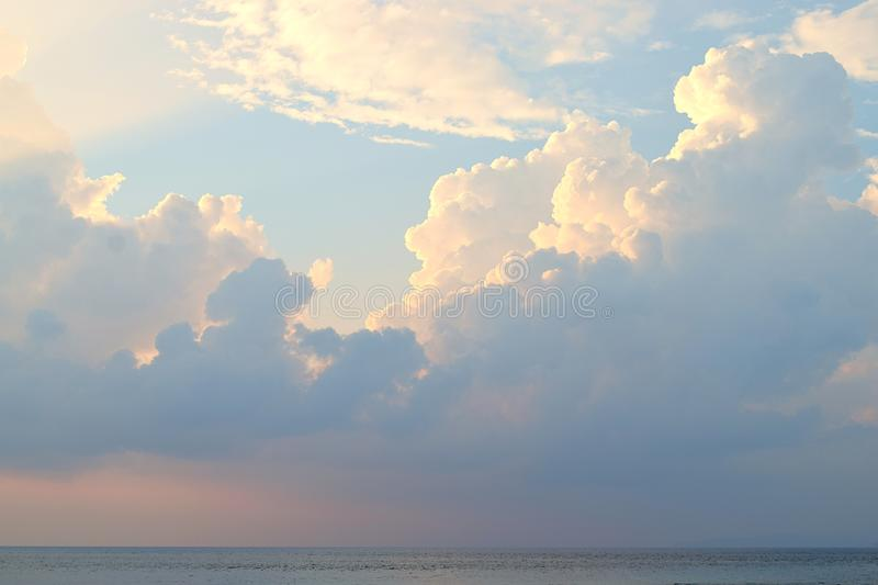 在天空蔚蓝的黑暗和明亮的云彩在海洋-抽象自然本底 免版税图库摄影